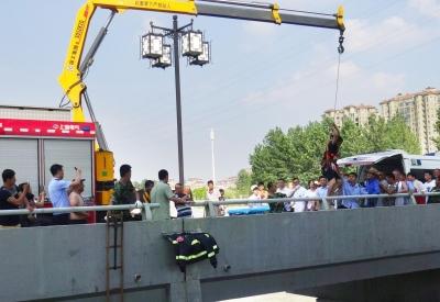 受伤男子被成功救上岸。市民供图