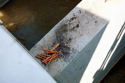 绳子断掉的软梯还在横梁上。崔根元 摄