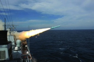 8月1日,郑州舰发射新型反舰导弹 新华社记者 吴登峰 摄