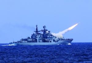 8月1日,泰州舰发射对空导弹 新华社发(代宗锋摄)