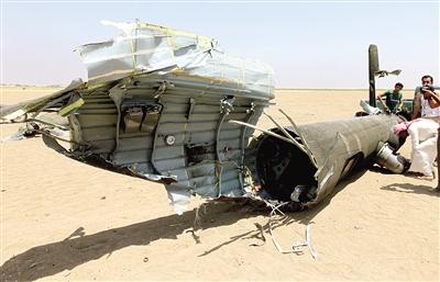 人们查看被击落的俄军米-8型军用运输直升机的残骸
