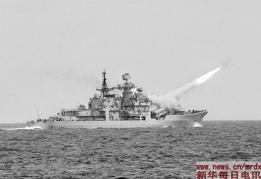 8月1日,在东海举行的实兵实弹对抗演习中,泰州舰发射对空导弹。