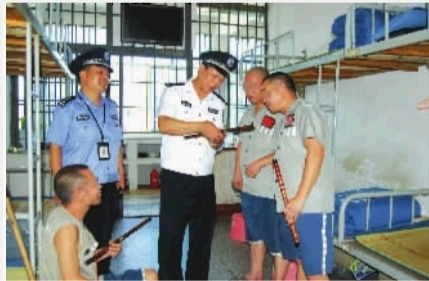 马卫华政委辅导服刑人员学吹笛子。