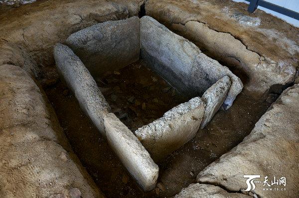 原文配图:哈巴河托干拜2号墓地的一座石棺。
