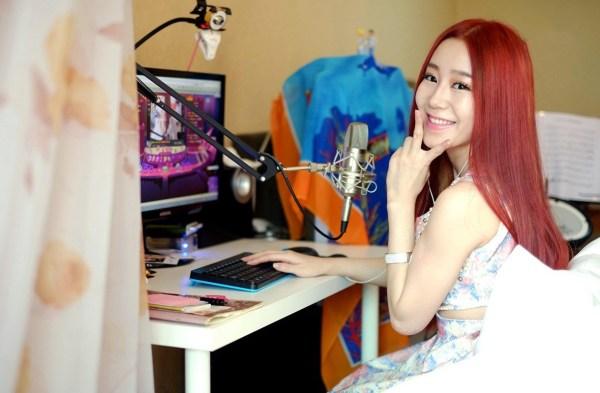 《私奔到三国》公测除签约网红女主播朴妮唛代言,还签约5名美玩堂美女主播与大家一起玩游戏.