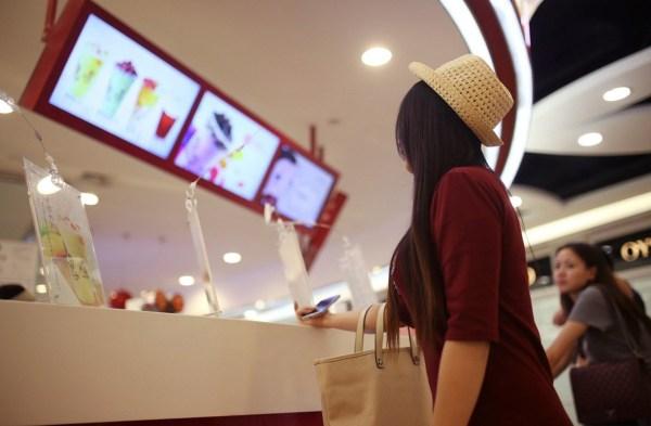 在中国的网络女主播世界中,男子在这里找到虚拟的陪伴,女子则在这里找到财富。