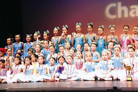"""7月24日闭幕的香港舞林盛会暨香港挑战杯舞蹈比赛上,来自厦门的昕艺尚代表队夺得""""12岁以下芭蕾小组赛""""三枚金牌中的两枚。该赛事历年来均吸引来自中国大陆、新加坡、马来西亚、澳门、日本等地300多支队伍参赛。"""