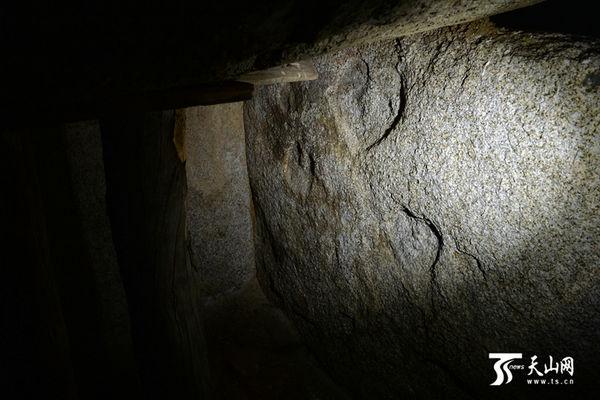 原文配图:最让人惊讶的是,对着一面石壁打一束侧光,浮现出四个桃形状的面孔,看上去和墓穴外的草原石人极为相似。
