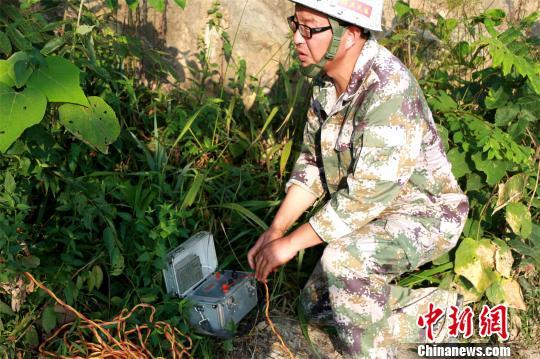 孝昌县花园铁路北大桥下游河床上的重型航空炸弹 宋俊初 摄