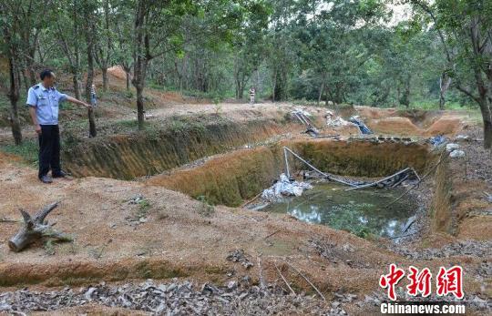 8月2日,琼中法院依法揭露审理海南首例不法挖掘稀土矿案子。图为不法挖掘稀土矿留传下的现场。 黄叶华 摄