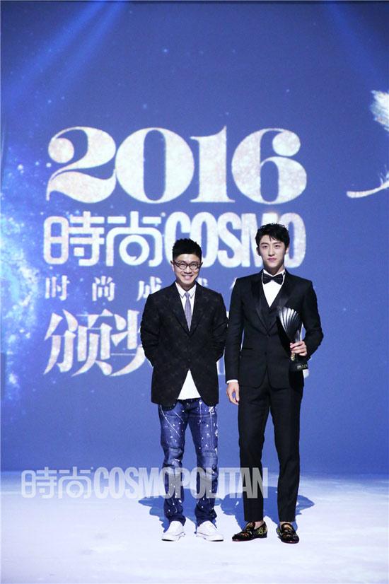 黄景瑜与颁奖嘉宾合影