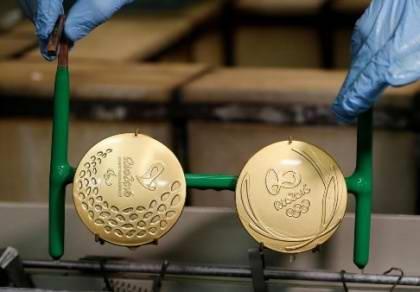 奖牌的设计图案使用了在古希腊象征胜利的月桂树叶,围绕着2016年里约奥运的标志。月桂树叶展现了自然力量和运动员之间的联系。依据奥运惯例,奖牌一侧以帕那辛纳克体育场和卫城背景,以及象征胜利的女神尼姬(Nike)的图案。设计将可持续的发展理念贯穿始终。银牌和铜牌使用了30%的可回收材料。奖牌上的丝带一半来自回收塑料瓶,装奖牌的圆形盒子由森林管理委员会认证的freijó木材制成。