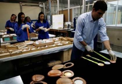 一旦手工雕刻的模具被扫描进计算机,数控雕刻机就会雕刻出奖牌。接着在被送往工厂前,模具将被放置在显微镜下,经过质量管理程序。
