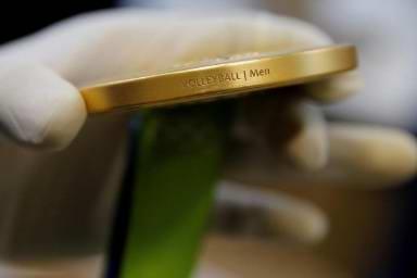 报道称,以目前的市场价来看,将金牌熔化后所得的黄金和银价值约为587美元(约合3900元人民币)。奥运会金牌上一次由纯金制作而成还是在1912年在瑞典斯德哥尔摩举行的夏季奥运会上。