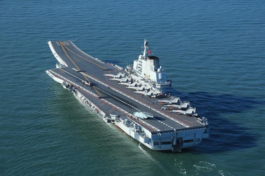 辽宁舰最新照片:10架舰载机同时现身甲板