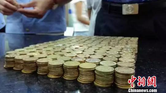 """执行干警在""""老赖""""家搜得五角钱组成的硬币一罐。 法院供图 摄"""