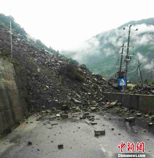 塌方现场 石棉县交通局 供图 摄