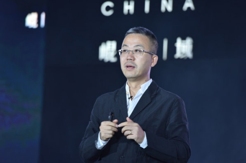 """在国家大势转型之下,就企业该如何快速转型,华润置地副总裁、华润置地北京大区总经理蒋智生先生详细解读了华润置地""""十三五""""全新的战略部署""""2+X""""商业模式,在传统住宅和投资物业双轮驱动的产业架构下优化升级新的盈利模式,对于互联网,要相互拥抱,并非竞争,并现场对未来战略及项目规划做了全面诠释。此外,蒋智生先生分析了昆仑域项目的地理优势和产品实力,更从华润置地对于西南二环这个区域的思考出发,对昆仑域项目的未来做出展望。"""