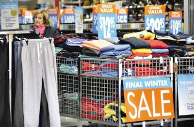 8月2日,在澳大利亚悉尼,一名顾客在商店中挑选衣服。