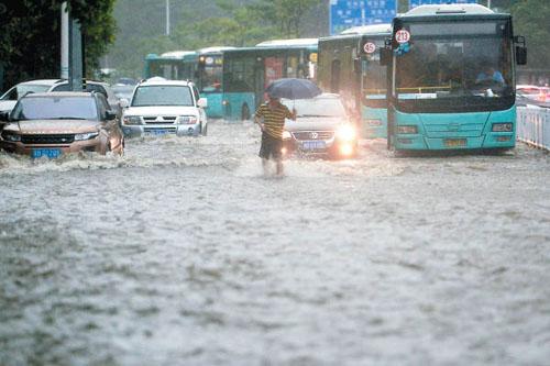 深圳因地下水管问题多多,每逢暴雨都会造成多处积水。(香港《东方日报》网站)