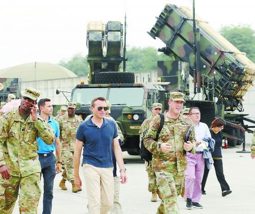 """在韩国拜访的美国陆军部长范宁(左二)2日在乌山市观察驻韩美军第35防空炮兵旅。据报导该旅将担任操纵""""萨德""""体系。"""