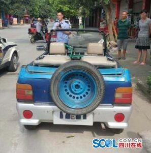 """7月26日,广汉市公安局民间微博接到大众检举称,在广汉新平镇有一辆蓝色奥拓车被改为了十分""""扯眼球""""的敞篷车,停放在某通信经营厅门前。得知这一状况后,广汉市公安局立刻指令新平派出所返回观察状况。派出所民警达到现场后,发觉网帖中的改卸车早已分开,考察访问周边的商店店主和大众,都示意这辆车仅仅偶然在新平呈现,关于驾御员的状况各人都不知道。"""