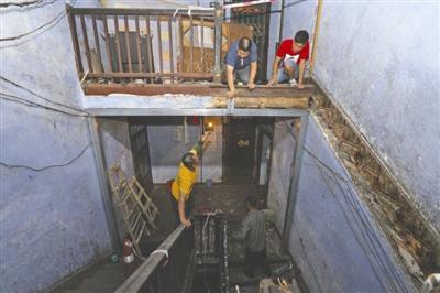 前晚,成都北站西二路4号院内,一栋60年房龄的筒子楼木质楼梯突然发生垮塌,前来看房的杨女士和亲戚以及房屋中介当时正在楼梯上,便从楼梯摔至二楼,三人不同程度受伤。