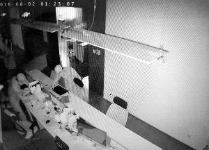 两名窃贼把工作桌弄得一片散乱。