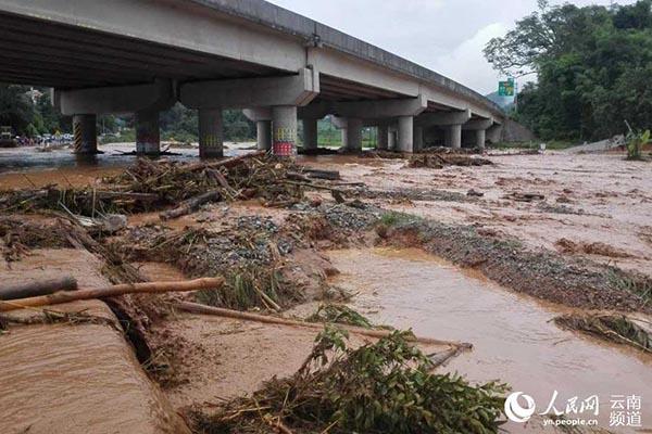 泥石流招致山体滑坡,左近另有小型水库决堤。 公民网图