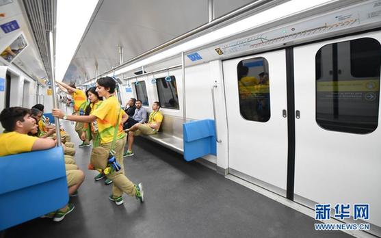 8月1日,奥运会志愿者在乘坐里约地铁4号线列车。 新华社记者 王昊飞摄