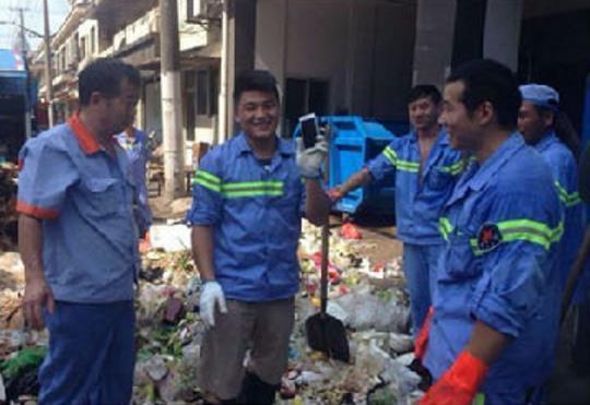 7月30日下午,上海城隍庙渣滓站,韩一鸣等15名上海环卫工人帮旅客找到丢失的手机。上海市美化和市容办理局民间微博