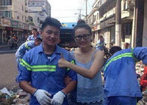 7月30日下午,找回击机的北京旅客与上海环卫工人合影。上海市美化和市容办理局民间微博
