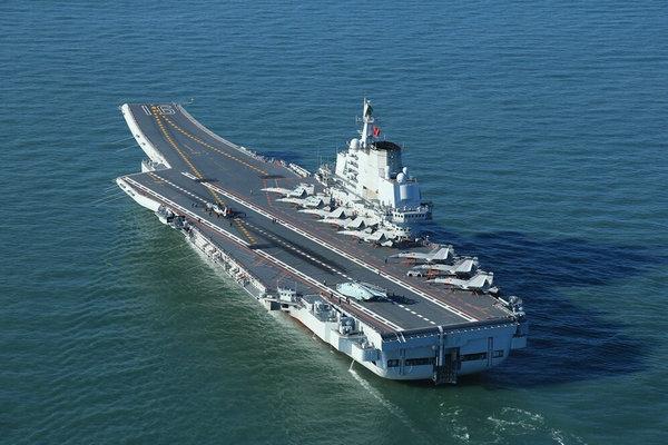 图为辽宁舰航母10架舰载机同时现身。