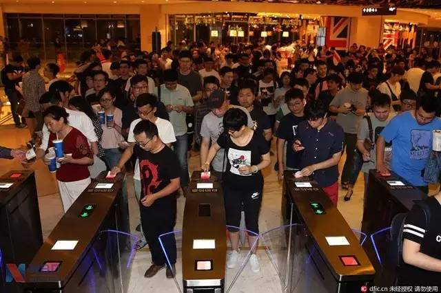 """2003年,中国电影启动全面产业化改革,每年超复合性增长速度超过30%。2015年中国票房市场站上440亿高位,朝着全球第一票仓一路高歌猛进。急速发展的市场亦成为向华强回归的关键。向华强抿一口酒,""""纯粹的香港电影已经没有什么出路了,一定要融合内地市场才能够发挥。"""""""