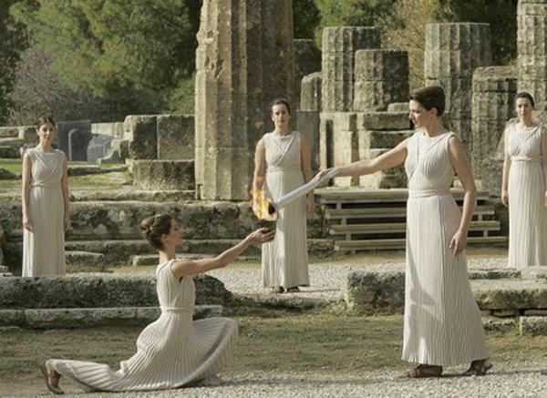 历史学家对于希腊文明的起源,往往会追溯到克里特岛的米诺文明,然而米诺文明所使用的文字——线性文字A——是否属于希腊语,却是一个学术界长期争论的话题;不过米诺文明在伯罗奔尼撒半岛上的继承者——迈锡尼文明,则无疑可以视作希腊文明的始祖,至少他们所使用的线性文字B,已经被学界认可为一种希腊语。