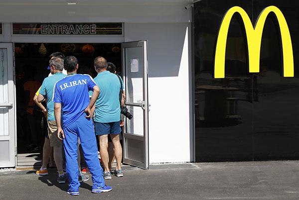 伊朗队员排队吃麦当劳。