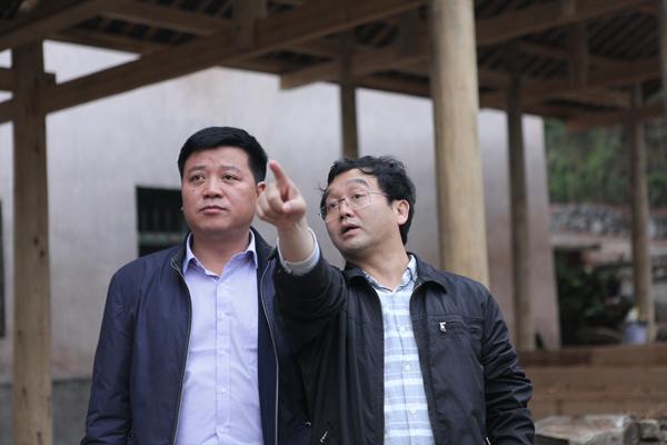 地扪生态博物馆馆长任和昕和茅贡镇党委书记杨胜雄(左)