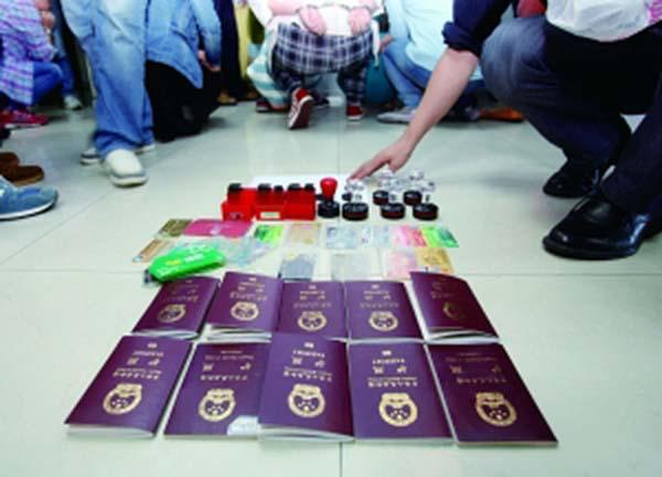 现场查获的涉案护照 警方供图