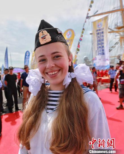 """俄罗斯""""帕拉达""""号大帆船的美女船员。 陈奇斌 摄"""