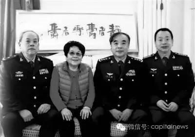 陈于湘与三位军官儿子合影:左一刘亚苏,左三刘亚洲,左四刘亚武。