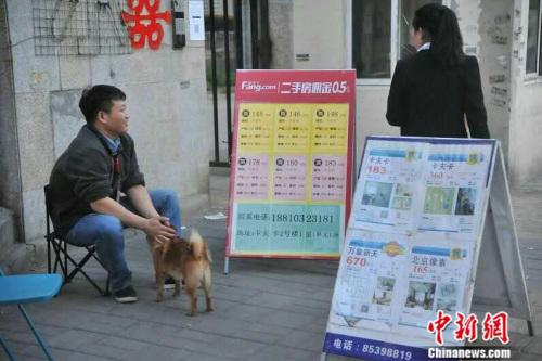 图为北京市朝阳区黄渠泰福苑附近的中介。吕春荣 2016年5月摄