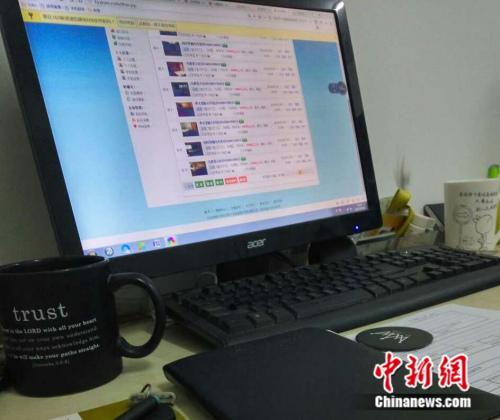 """图为北京一小中介公司在网上刷""""假房源""""。吕春荣 摄"""