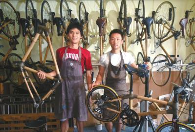 """""""竹子自行车""""出自阿布(右)和搭档Jake之手。"""