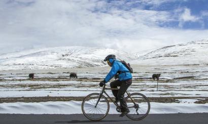 """阿布骑着""""竹子自行车""""上川藏线。(该图片由采访对象提供)"""