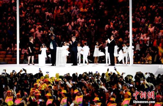 本地时刻8月5日晚8时,2016里约奥运会揭幕式在里约热内卢马拉卡纳运动场举办。图为揭幕式现场停止的跳舞扮演。中新网记者 杜洋 摄