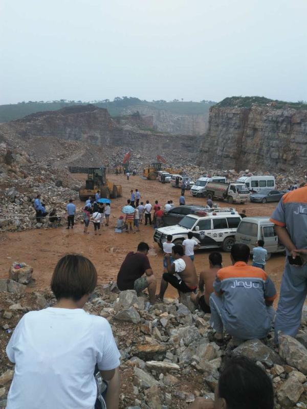 2016年8月6日5时许,河北唐山一采石场因不法盗采招致山体坍塌。 家眷供图