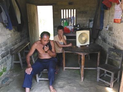 罹难的3个孩儿的爸爸妈妈,他们住在一座土屋里,家中没有几件像样的家具。