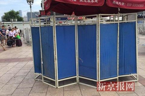 事发现场被几块蓝色挡板围住。