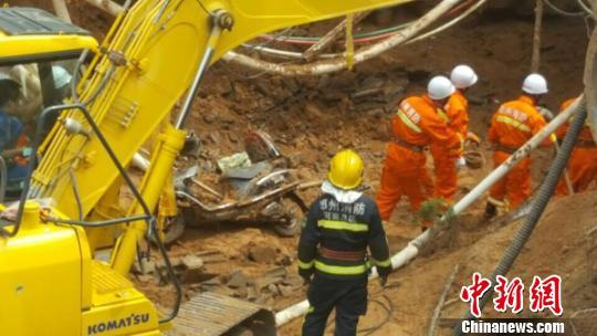 事发后,塌方路段多日来一向在日夜营救。 阚力 摄