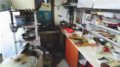 """北京像素社区,""""青岛排骨米饭""""狭窄杂乱的后厨,仅能容下两人一起事情。"""